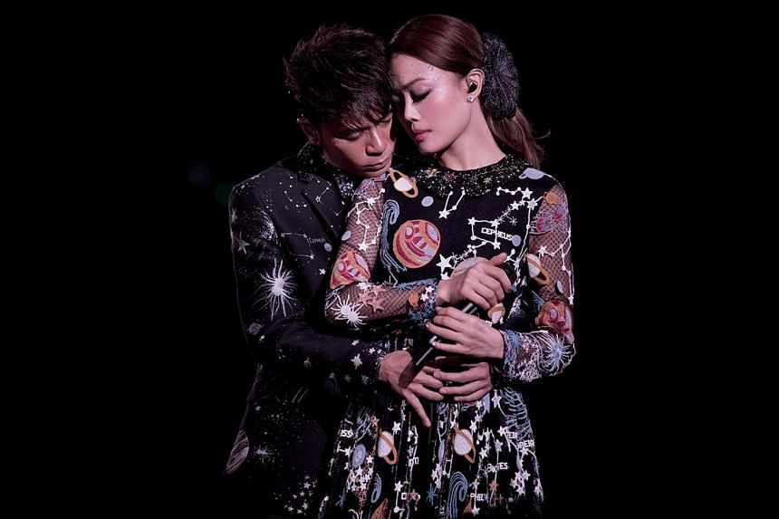 Singers Joey Yung and Hacken Lee showcase their vocal chemistry in a reunion concert tour.