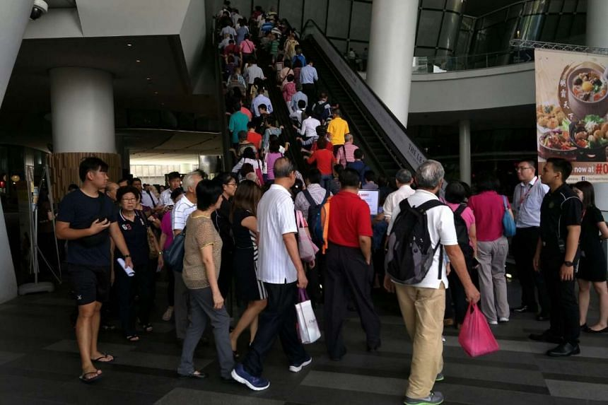 Thousands of SMRT Corp shareholders show up at crucial meeting on privatisation bid.