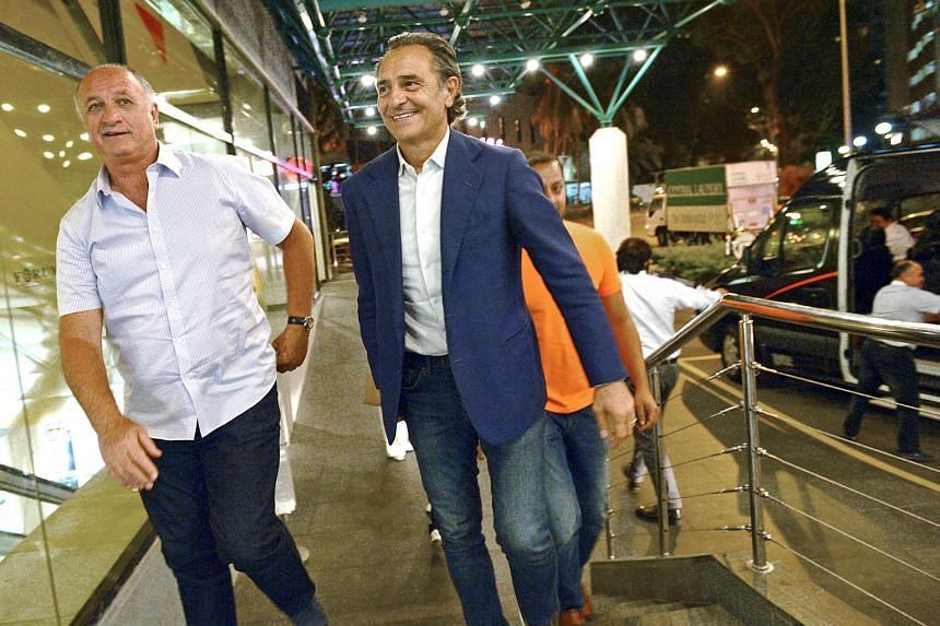 Cesarre Prandelli (in blue) arriving at Forum Shopping Mall with Luiz Felipe Scolari (left) with Anil Murthy (in orange) behind them.