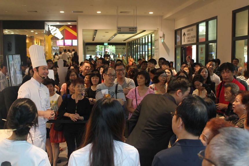 Crowds gathered at the Tiong Bahru outlet as Chef Chen made a guest appearance with a live demonstration of his award-winning creation, Five Blessings.