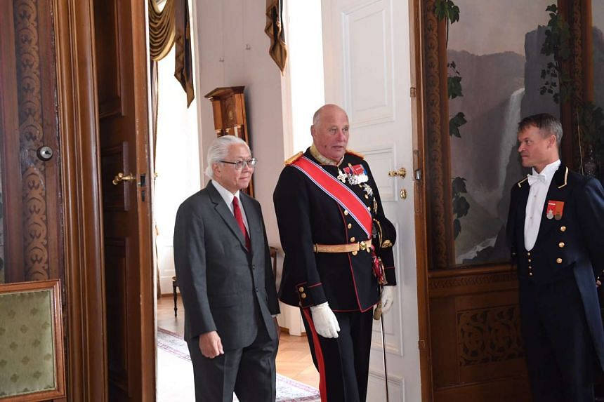 President Tony Tan and King Harald V enter the bird room in the royal palace for a group photo.