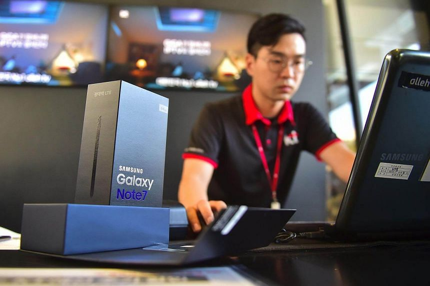 A Samsung employee works to replace Galaxy Note7 smartphones at a shop in Seoul on Sept 19, 2016.