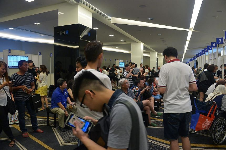Samsung Galaxy Note 7 owners queue at the Suntec Singapore Convention and Exhibition Centre for the exchange programme of the Samsung Galaxy Note7 on Sept 16, 2016.