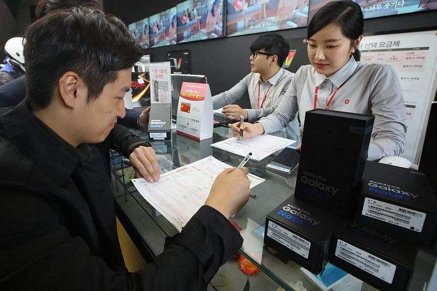 Customers returning their Samsung Note 7 mobile phones at a dealership in Seoul on Oct 13, 2016.