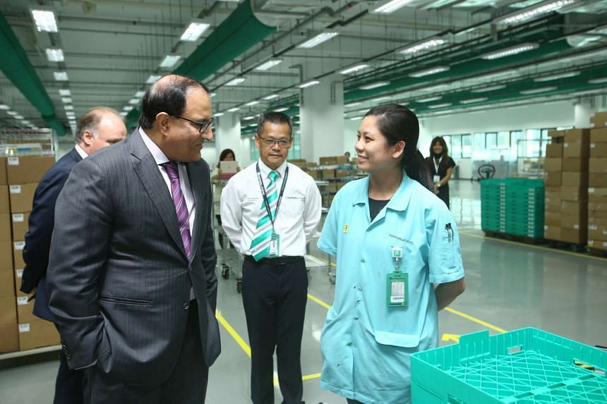 Mr S Iswaran, Minister for Trade and Industry (Industry) with an employee of Pepperl+Fuchs.