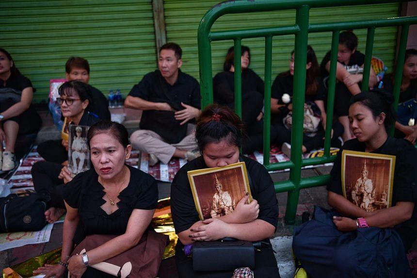 Mourners waiting outside Siriraj Hospital in Bangkok on Oct 14, 2016.