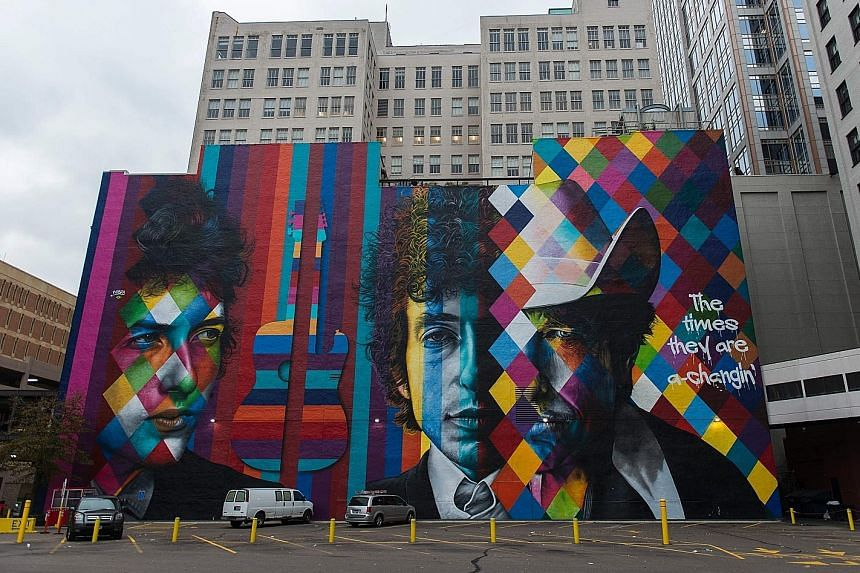 A mural of Bob Dylan by Brazilian artist Eduardo Kobra in downtown Minneapolis, Minnesota.