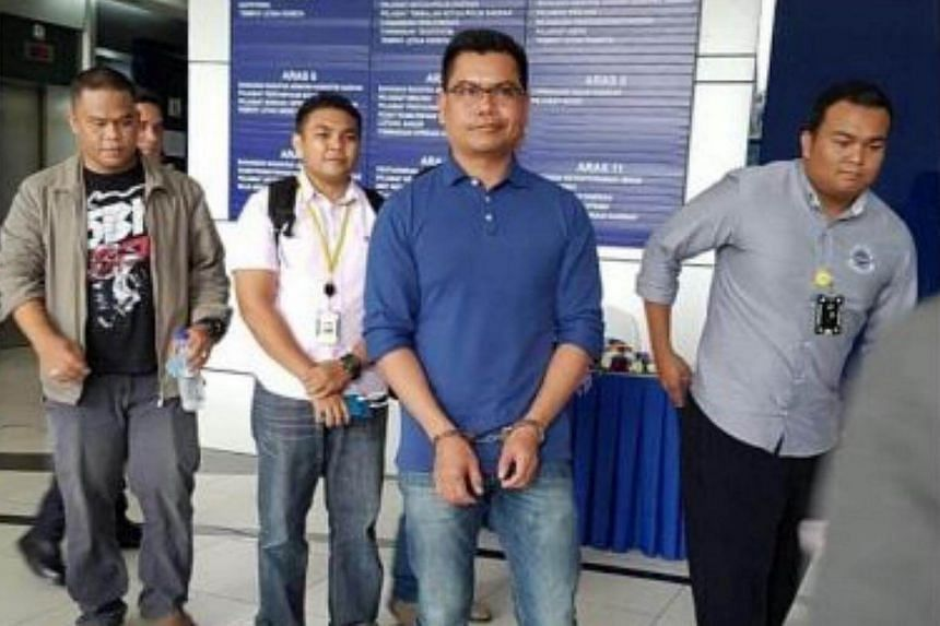 Malaysian Red Shirts leader Jamal Yunos being detained by police at the Kuala Lumpur International Airport.
