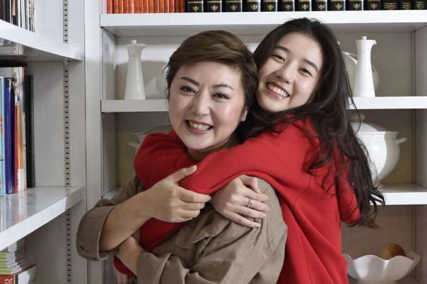 Television host Quan Yifeng with her daughter Eleanor Lee (right).