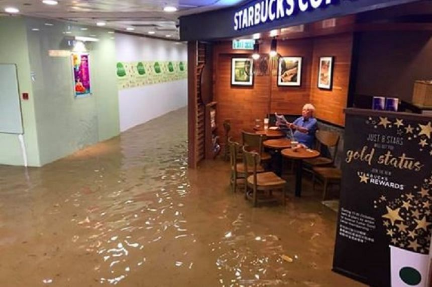 An elderly man in Hong Kong has become an Internet sensation after this photo of him enjoying his coffee in a flood was uploaded on Facebook.