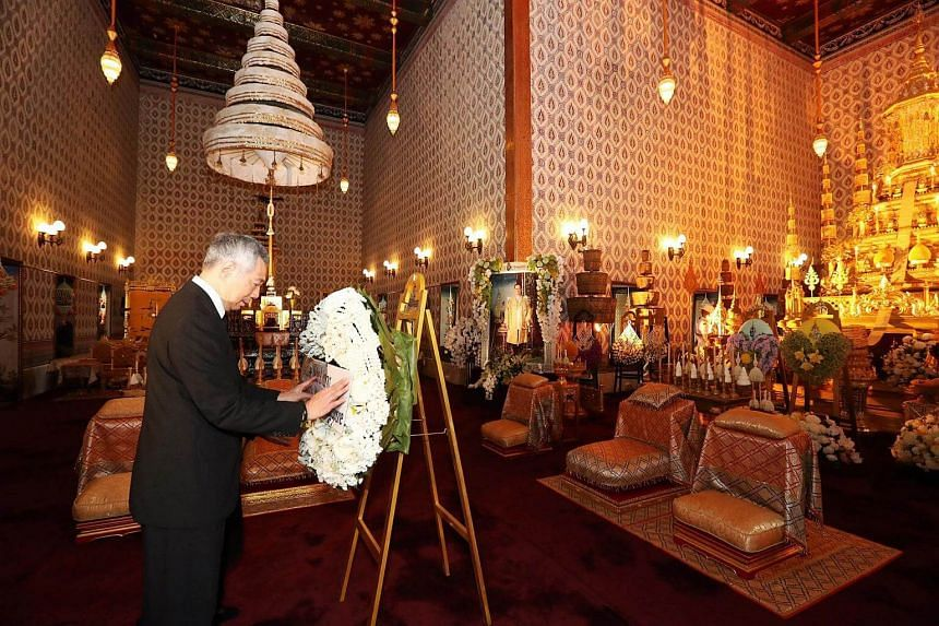 Prime Minister Lee Hsien Loong paying respects to Thailand's late King Bhumibol Adulyadej at the Grand Palace on Oct 21, 2016. PHOTO: MCI