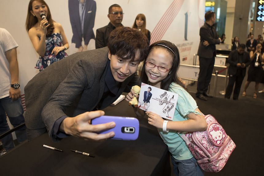 Running Man star Lee Kwang Soo with Primary 4 pupil Karina Liswandy, who managed to take a selfie with him at Changi Airport on Thursday.