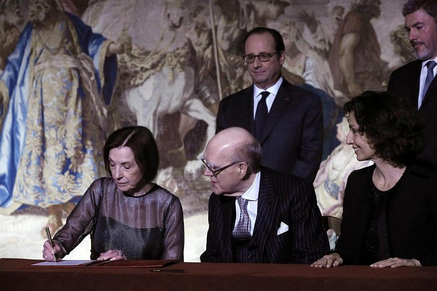US collector Marlene Hays signs a donation of painting masterpieces to the Musee d'Orsay next to her husband Spencer Hays at the Elysee Palace in Paris, France on Oct 22, 2016.