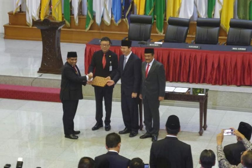 Home Minister Tjahjo Kumolo hands over a document on Wednesday (Oct 26) to the Home Ministry's regional autonomy director general Soni Sumarsono during the transfer of office ceremony.