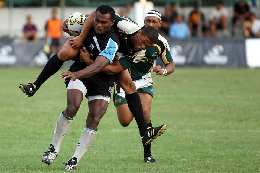 South Africa Vipers' Rayno Benjamin (centre) tackling Davetalevu's Ropate Ratu during the Ablitt Cup final on Nov 2, 2008.