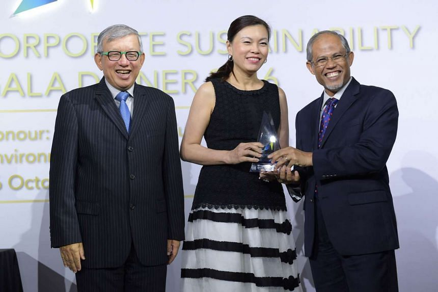 Mr Masagos presenting the Apex winner title to Ms Aileen Tan, group chief human resources officer of Singtel. With them is Mr Ho Meng Kit, vice-president of GCNS and CEO of Singapore Business Federation.