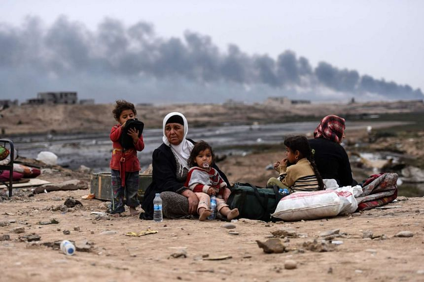 Iraqi families who were displaced by the ongoing operation by Iraqi forces against jihadists of the Islamic State in Iraq and Syria to retake the city of Mosul, near Qayyarah on Oct 28, 2016.