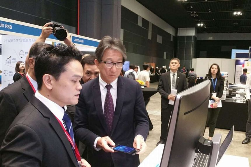 Minister Lim Swee Say looking at HP's enterprise solution during the Singapore Productivity Conference and Exhibition.