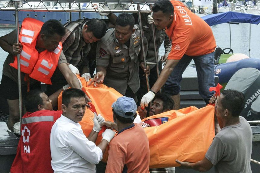 Rescuers evacuate a body of the victim of a sinking boat at Mata Ikan bay in Batam, Riau Islands, Indonesia on Nov 2, 2016.