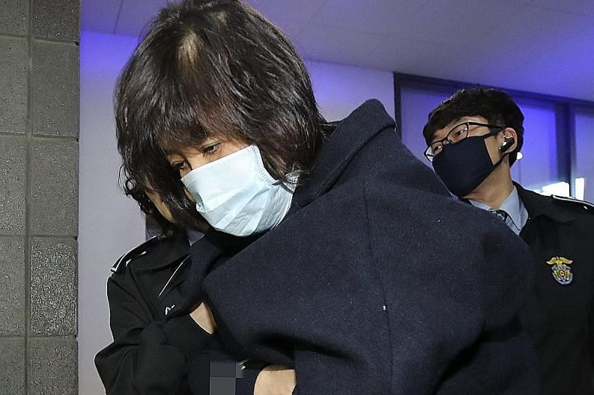 Ms Choi being taken to the Seoul Central District Prosecutors' Office yesterday.