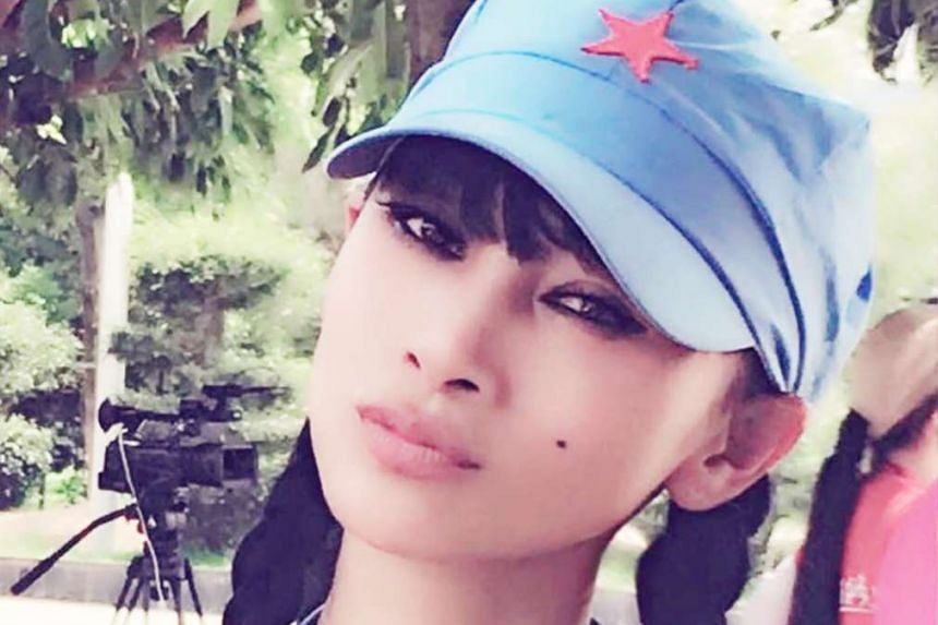 Chinese-born Hollywood actress Bai Ling posted on Facebook photos of herself in a light-blue Red Army uniform on the set of the documentary Long March Shakes The World.