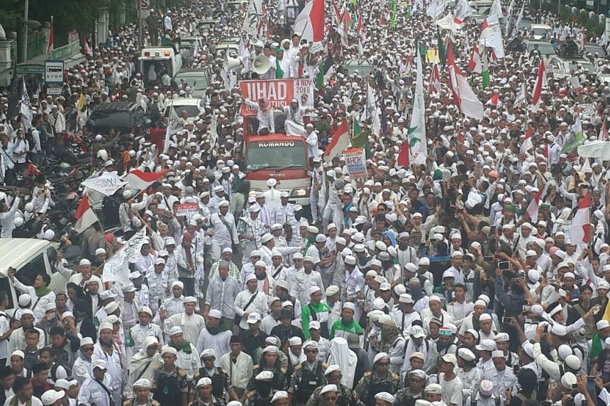 Tens of thousands of Muslim hardliners have begun their march to the presidential palace to protest against Jakarta Governor Basuki Tjahaja Purnama for alleged blasphemy.