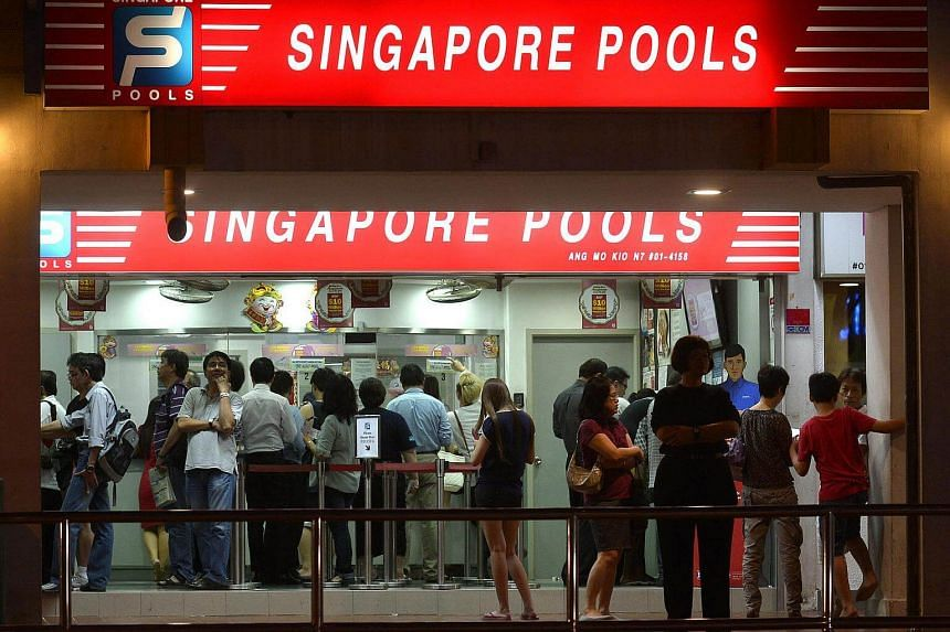 Crowd at Singapore Pools outlet, just before closing time, at Block 726 Ang Mo Kio Avenue 6, for the $10 million Hong Bao Draw.