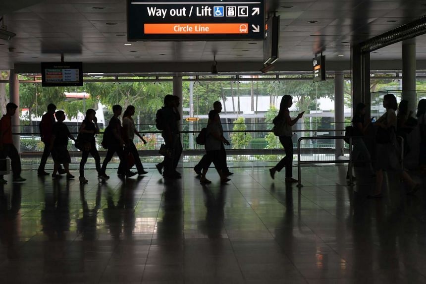 Passengers switching between the East West Line and the Circle Line at Buona Vista Station. For stories on the Circle Line, MRT transport system, transportation in Singapore, commuters, and so on.