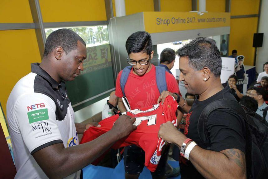 ST reader Mr Vijayarengan Visvalingam (right) getting a Liverpool jersey signed on Nov 12, 2016.