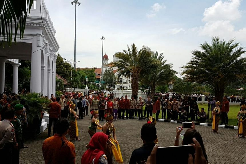PM Lee Hsien Loong arriving at Wisma Perdamaian in Semarang.