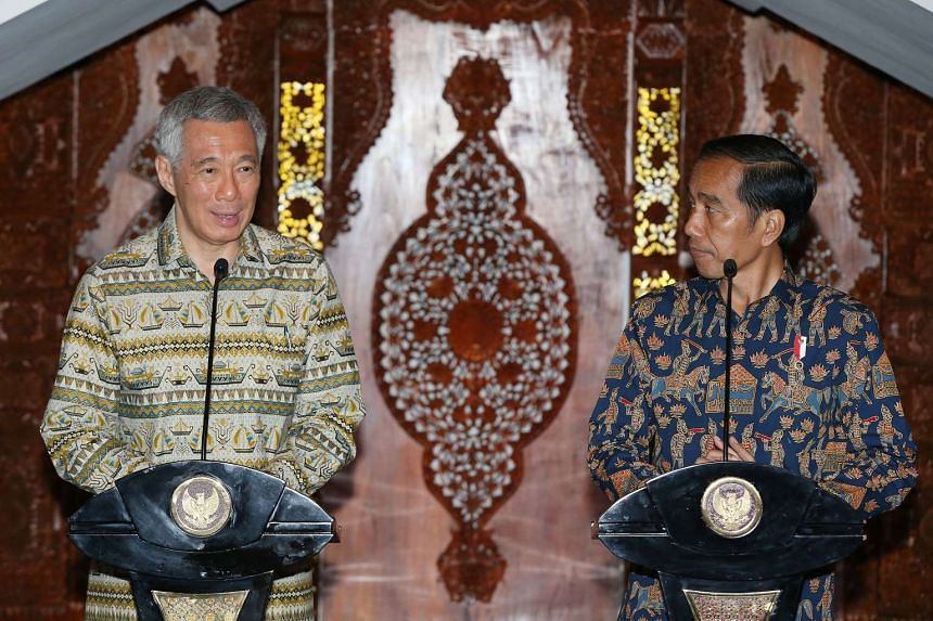 Prime Minister Lee Hsien Loong and Indonesian President Joko Widodo at a joint press conference in Semarang.