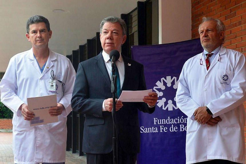 Colombian President Juan Manuel Santos (centre) speaks during a press conference at the Santa Fe de Bogota Foundation clinic in Bogota on Nov 15, 2016.