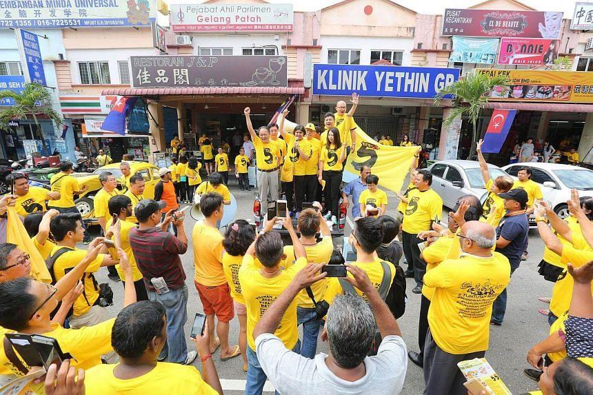 Bersih members drumming up support for their movement in Gelang Patah, Johor.