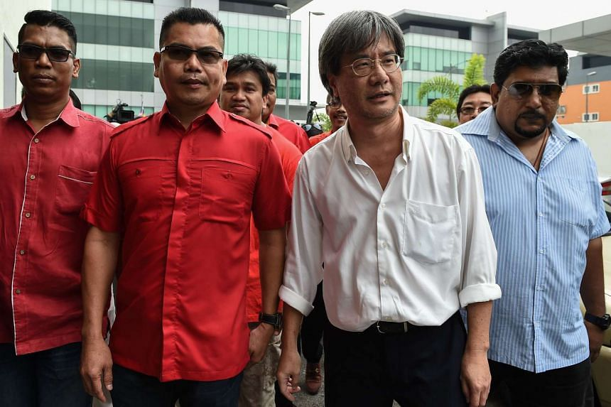 Jamal Yunos (second from left), a division head member of the ruling United Malays National Organisation (UMNO) party, walking with Malaysiakini's editor-in-chief Steven Gan (second from right) before their press conference in Petaling Jaya on Nov 3,