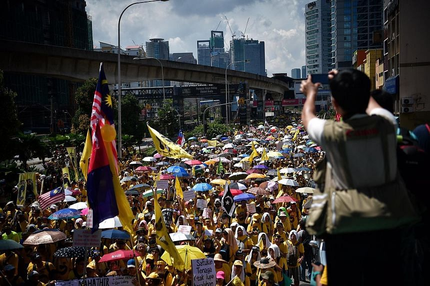 """Rivers of yellow flowed in downtown Kuala Lumpur yesterday as protesters demanding the resignation of Malaysian Prime Minister Najib Razak over a corruption scandal blew vuvuzelas and chanted """"Hidup rakyat"""" (Long live the people). Leading reformist g"""