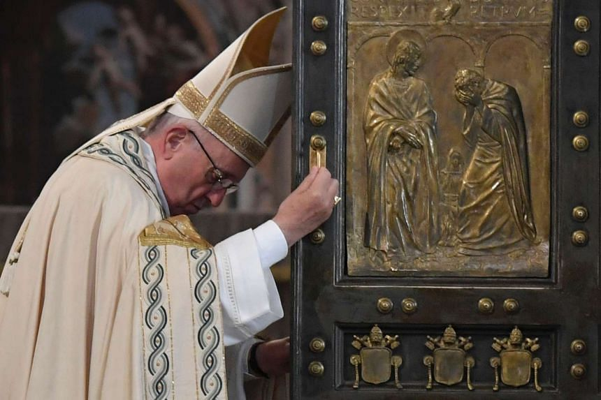 Pope Francis closes the Holy Door at St Peter's basilica to mark the end of the Jubilee of Mercy, on Nov 20, 2016 in Vatican.