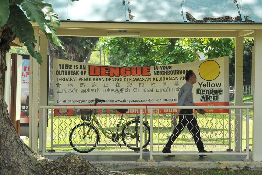 """A """"yellow"""" dengue alert banner seen along a covered walkway in Aljunied Crescent on Sept 2, 2016."""