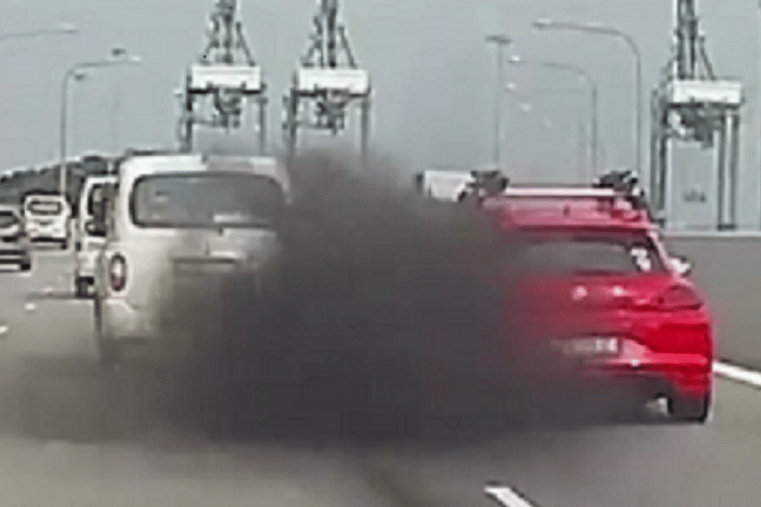 A dramatic video of a London cab blocking off a red car on an expressway before releasing thick smoke from its exhaust was shared on road community safety page Roads.sg on Tuesday (Nov 22) night.
