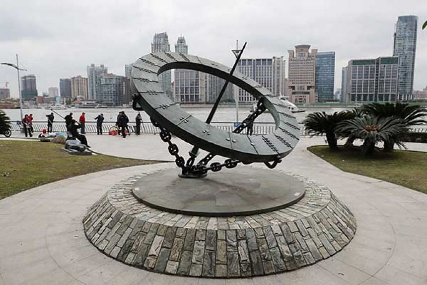 A sculpture along Shanghai's Huangpu River has been accused of being a copy of an iconic statue in London.