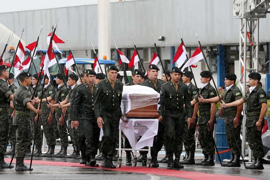 Military personnel carry a coffin containing the mortal remains of a victim of the plane crash in Colombia, Dec 3, 2016