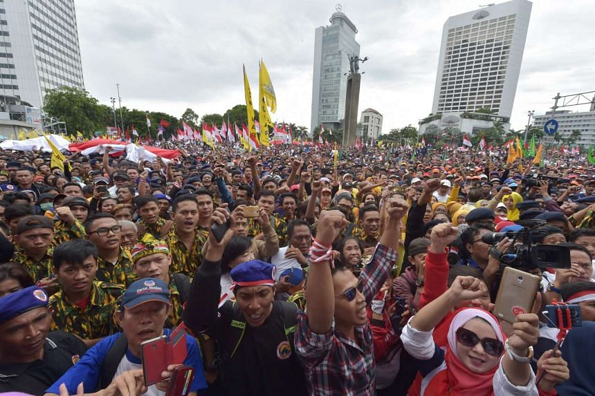 Indonesian people shout slogans as they attend a pro-government rally to call for unity in Jakarta on Dec 4, 2016.