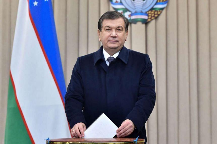 Uzbek acting President Shavkat Mirziyoyev casts his ballot for the presidential election in Tashkent on Dec 4, 2016.