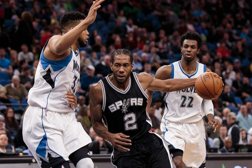 San Antonio Spurs forward Kawhi Leonard (with ball) scored 31 points on 11-of-15 shooting to help his team to their 13th straight away win.