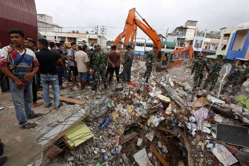Indonesian rescue team searching for victims after an earthquake struck Pidie Jaya district, Aceh, on Dec 7, 2016.