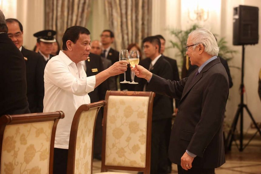 Phillipine President Rodrigo Duterte (left) toasts Singapore President Tony Tan at the official reception held at the Istana on Dec 15, 2016.