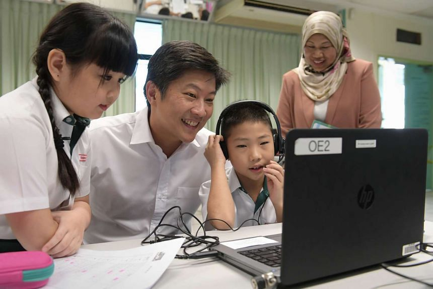 Minister for Education (Schools) Ng Chee Meng with Princess Elizabeth Primary pupils (left) Ginny Lau and Lin Jin Tian at a Chinese language class on Jan 3, 2017.