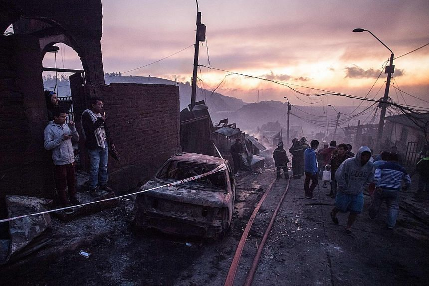 A wildfire has ravaged woods and burned 100 houses in the hilly Chilean port city of Valparaiso, forcing the authorities to evacuate hundreds of people. At least 19 people were reported hurt after the fire broke out on Monday on the outskirts of the