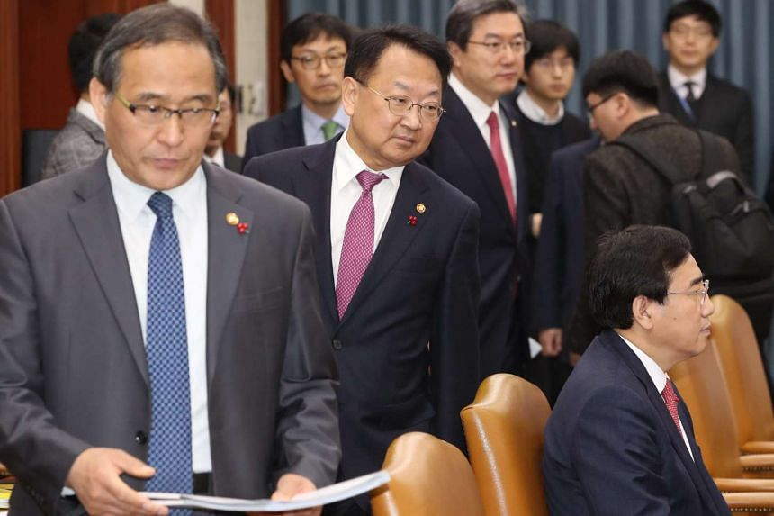South Korean Finance Minister Yoo Il Ho (second from left) has said that China is suspected to be taking indirect action against THAAD.