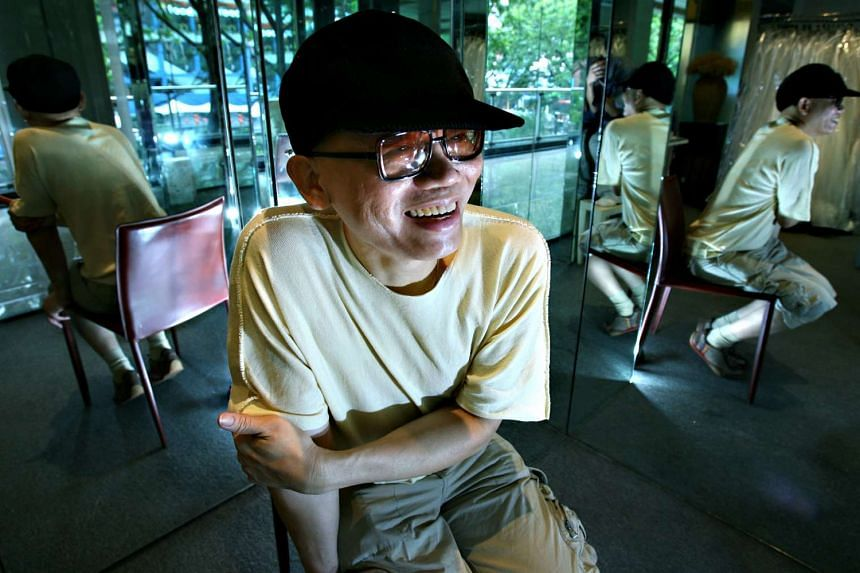 Singaporean fashion designer Tan Yoong has died after a fall. The day and time of his death has not been determined yet.