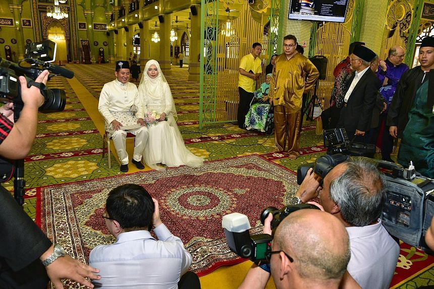 Wearing a white baju kurung, Parliamentary Secretary for Home Affairs Amrin Amin, 38, married family doctor Shariffah Nadia Aljunied, 30, yesterday. The couple had their solemnisation ceremony and exchanged rings at Sultan Mosque, near Arab Street. T